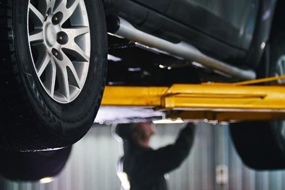 Garagiste réparant une voiture